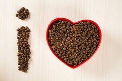 Concept d'amour de café Grains de café au coeur dans le bown Photos stock