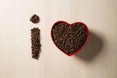 Concept d'amour de café Grains de café au coeur dans le bown Photographie stock libre de droits