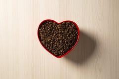 Concept d'amour de café Grains de café au coeur dans le bown Images stock