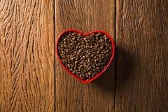 Concept d'amour de café Grains de café au coeur dans le bown Photographie stock