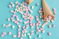 Concept d'amour de crème glacée, cône plat de gaufre de configuration sur le fond bleu simple Photo stock