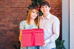Concept d'amour, de famille, de Noël et de vacances - ajouter romantique au boîte-cadeau Photographie stock