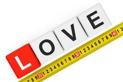 Concept d'amour de mesure Cubes en amour avec la bande de mesure Photos libres de droits