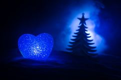 Concept d'amour de nouvelle année Beau burning en silhouette différente de coeur de couleurs et d'arbre de sapin, sur le fond mod Image stock