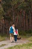 Concept d'amour de pique-nique de forêt de promenade de couples Photographie stock libre de droits