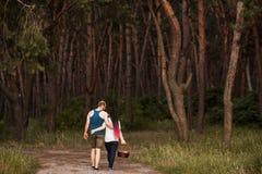Concept d'amour de pique-nique de forêt de promenade de couples Photos libres de droits