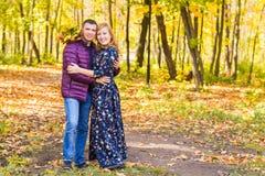 Concept d'amour, de relations, de famille et de personnes - les couples en automne se garent Images stock
