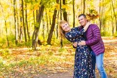 Concept d'amour, de relations, de famille et de personnes - les couples en automne se garent Image stock