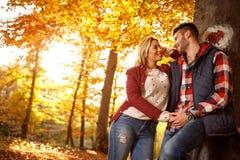 Concept d'amour, de relations, de famille et de personnes - couple en automne Photos stock