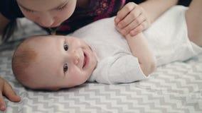 Concept d'amour de soeur Bébé infantile souriant du baiser de soeur Bel enfance banque de vidéos