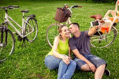 Concept d'amour, de technologie, de relations, de famille et de personnes - smil image stock