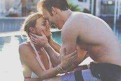 Concept d'amour de vacances de natation de couples Photo libre de droits