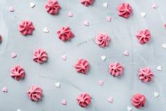 Concept d'amour de vacances de jour de valentines avec la meringue et les coeurs roses Photographie stock