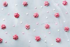 Concept d'amour de vacances de jour de valentines avec la meringue et les coeurs roses Photos libres de droits