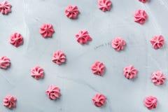 Concept d'amour de vacances de jour de valentines avec la meringue rose Images stock