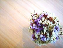 Concept d'amour Des fleurs pourpres sèches et les fleurs blanches sont arrangées Images libres de droits