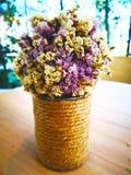 Concept d'amour Des fleurs pourpres sèches et les fleurs blanches sont arrangées Photographie stock