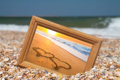 Concept d'amour - deux coeurs sur le sable Image libre de droits