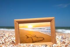 Concept d'amour - deux coeurs sur le sable Images libres de droits