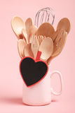 Concept d'amour et de cuisson ; Ustensiles en bois de cuisine sur le fond rose Photographie stock
