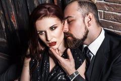 Concept d'amour et de passion, plan rapproché Femme regardant le côté MA barbu Photographie stock