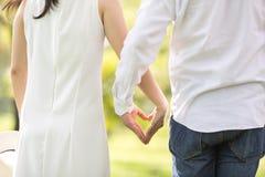 concept d'amour et de relations - mains de femme et d'homme montrant le hea Images libres de droits