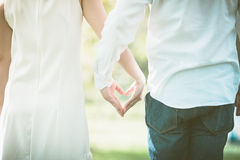 concept d'amour et de relations - mains de femme et d'homme montrant le hea Photographie stock