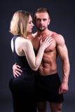 Concept d'amour et de sport - femme sexy et homme musculaire au-dessus de gris Photo stock