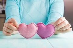 Concept d'amour Femelle tenant des coeurs dans des mains Images stock