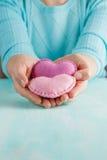 Concept d'amour Femelle tenant des coeurs dans des mains Photographie stock