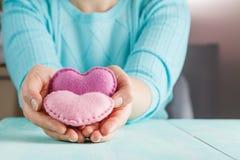Concept d'amour Femelle tenant des coeurs dans des mains Photo stock
