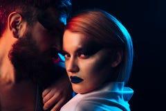Concept d'amour Femme avec le maquillage dans l'amour avec l'homme barbu Amour et romance L'amour est la réponse Images stock