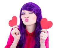 Concept d'amour - femme avec les cheveux pourpres tenant l'isola de papier de coeurs Images libres de droits