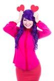 Concept d'amour - femme heureuse avec les cheveux pourpres tenant les coeurs de papier Photos libres de droits