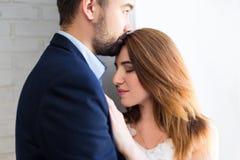 Concept d'amour - fermez-vous vers le haut du portrait de jeunes beaux couples à ho Image libre de droits