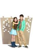 Concept d'amour Garçon élégant et fille s'étreignant sur le fond de la ville de carton Photographie stock