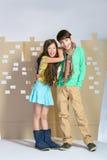 Concept d'amour Garçon élégant et fille s'étreignant sur le fond de la ville de carton Image libre de droits