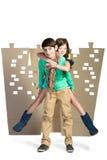 Concept d'amour garçon tenant la fille sur le fond de la ville de carton blanc d'isolat Photos libres de droits