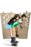 Concept d'amour garçon tenant la fille sur le fond de la ville de carton blanc d'isolat Photographie stock