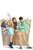Concept d'amour garçon triste et fille heureuse se tenant sur le fond de la ville de carton Photographie stock