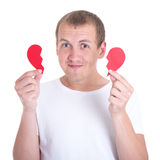 Concept d'amour - homme heureux tenant deux halfs du coeur brisé Image libre de droits