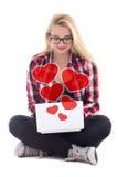 Concept d'amour - jeune femme de blondie s'asseyant avec l'ordinateur portable d'isolement Photo stock
