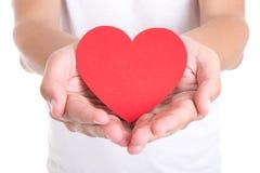 Concept d'amour - jeune homme tenant le coeur de papier rouge Images stock