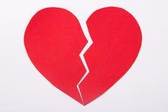 Concept d'amour - le coeur brisé de papier rouge au-dessus du blanc Images libres de droits