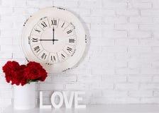 Concept d'amour - les lettres en bois formant le mot AIMENT, les fleurs et le vin Photo libre de droits