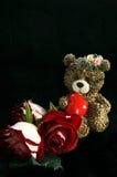 Concept d'amour Peu d'ours avec le coeur et trois roses rouges Images libres de droits