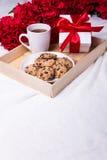 Concept d'amour - plateau en bois avec des gâteaux aux pépites de chocolat, tasse de t Image libre de droits