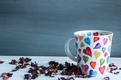 Concept d'amour, tasse de thé rouge Images stock