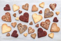 Concept d'amour Variété de biscuits de coeur sur le fond gris Photographie stock libre de droits
