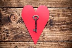 Concept d'amour Vieille clé et un coeur sur le fond en bois Photos libres de droits